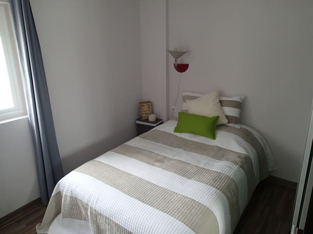 Nice quiet bedroom with closet - bright but perfectly dark with blinds. Bedsize 140x200cm