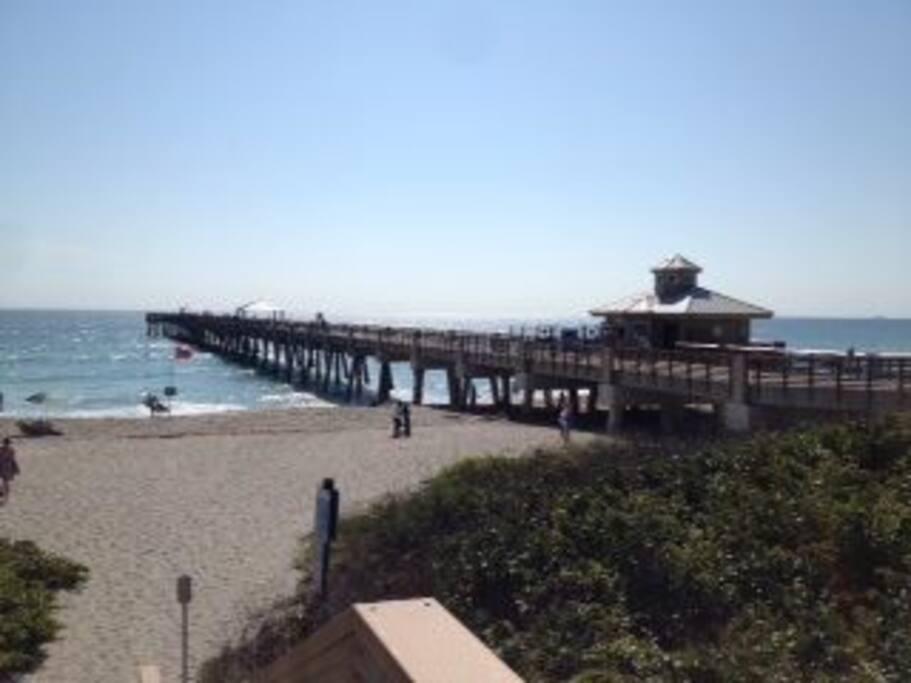 Pier (Quai) et plage de Juno Beach