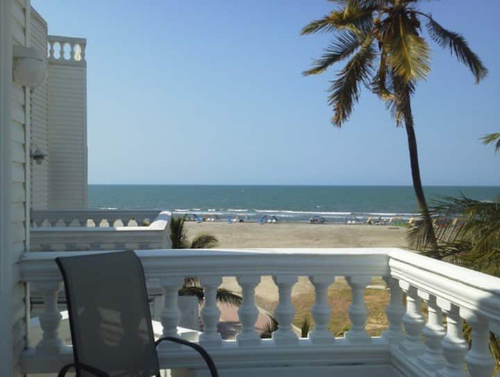 Beach house only 5 minutes to oldtown! Shared pool