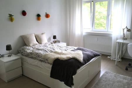 Calm cozy room with great public transport - Berlim - Apartamento