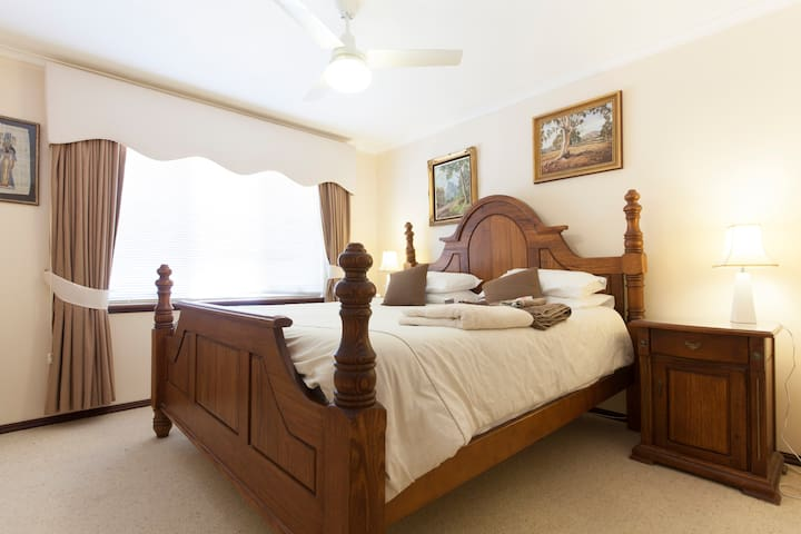 King studio bedroom with bathroom - Mount Claremont - Bed & Breakfast