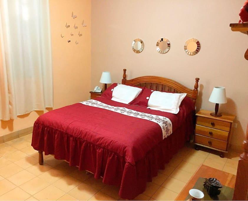 Habitación1: con cama matrimonial y cama personal.