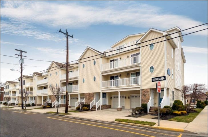 HEART OF WILDWOOD - 2 Blocks to Beach & Boardwalk