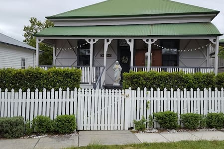 Country cottage in inner brisbane - Coorparoo