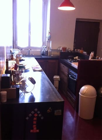Cucina con isola fuochi-forno