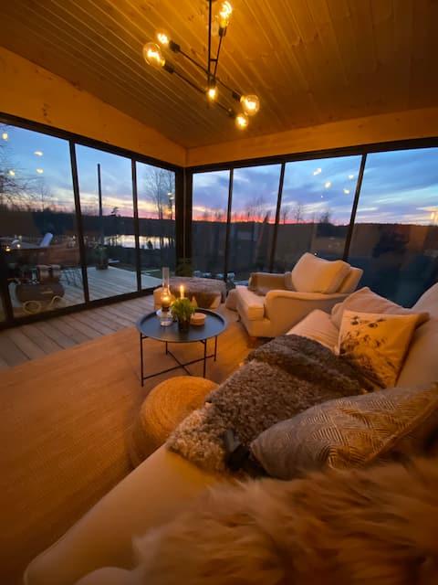 Moderne sommerhus ved sø og skibakke