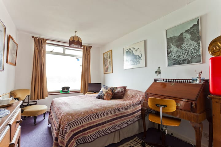 Lovely room in Chiswick river view - Londra