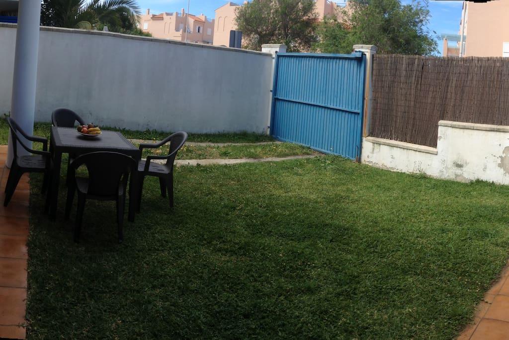 Jardín y parking privado