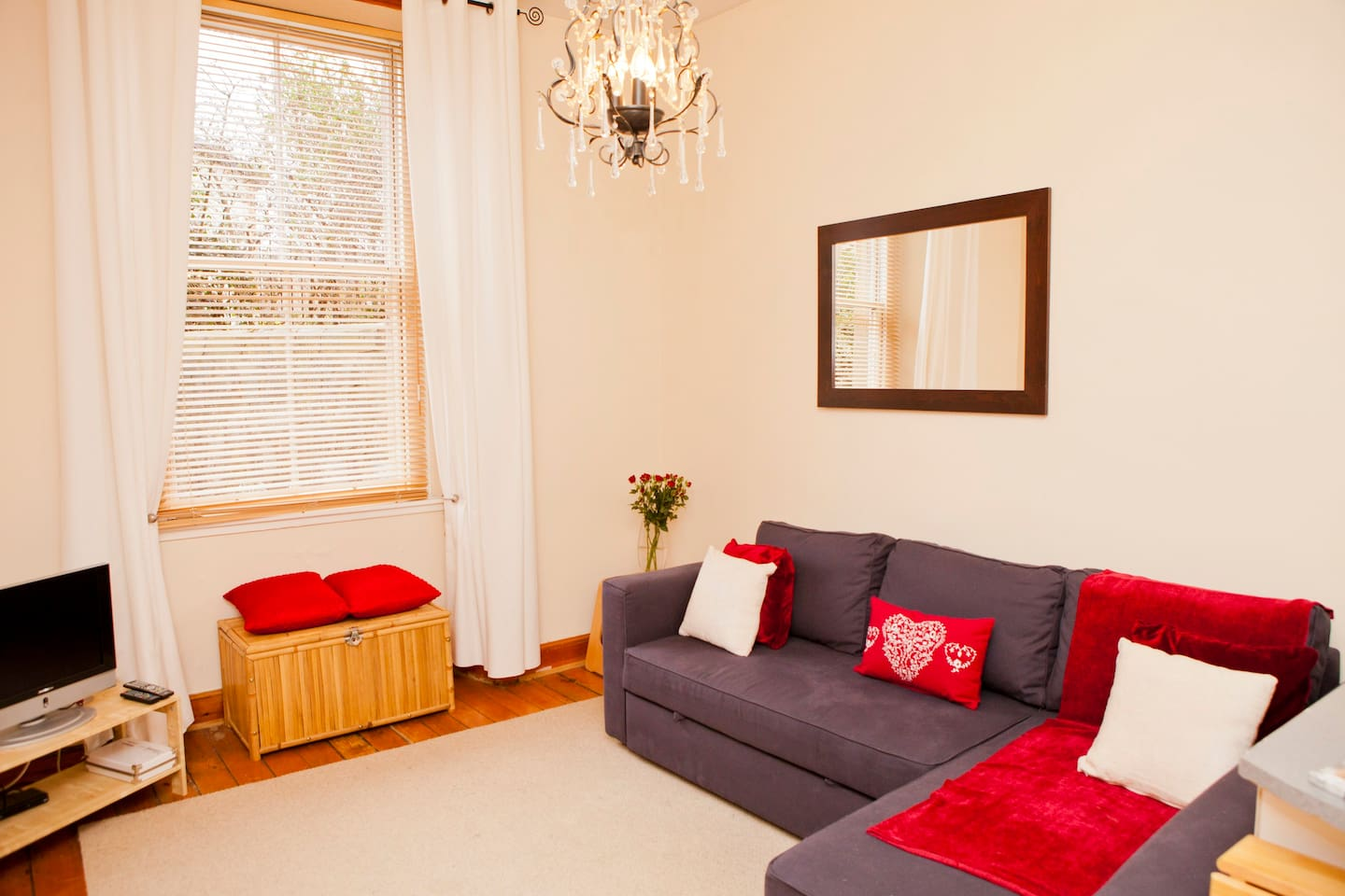 Bright living area with cable TV, docking station and wifi