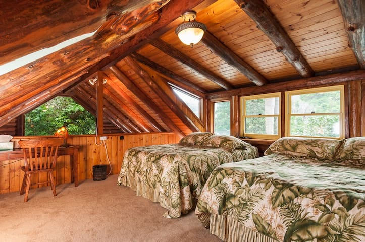 Two queen-size beds in loft, great views of the valley...awesome star watching!