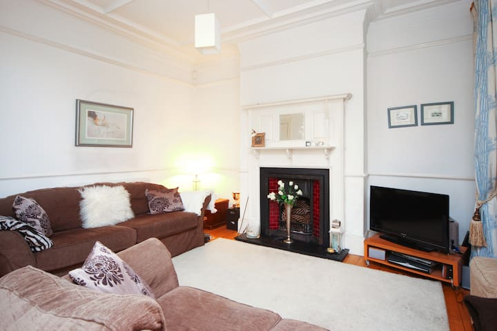 Family Room Close to Tube Quiet Rd