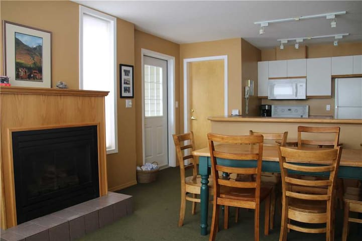 On-mountain condo with kitchen, access to outdoor pool, hot tubs & BBQ, 5min walk to ski lifts: T227 - Timberline Lodges - 227 Spruce