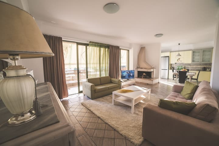 ★LUX Apartment. 2 BDR,2WC, A/C. Steps from center★