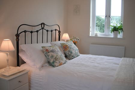 Light and airy double bedroom in West Cornwall - Connor Downs - Casa