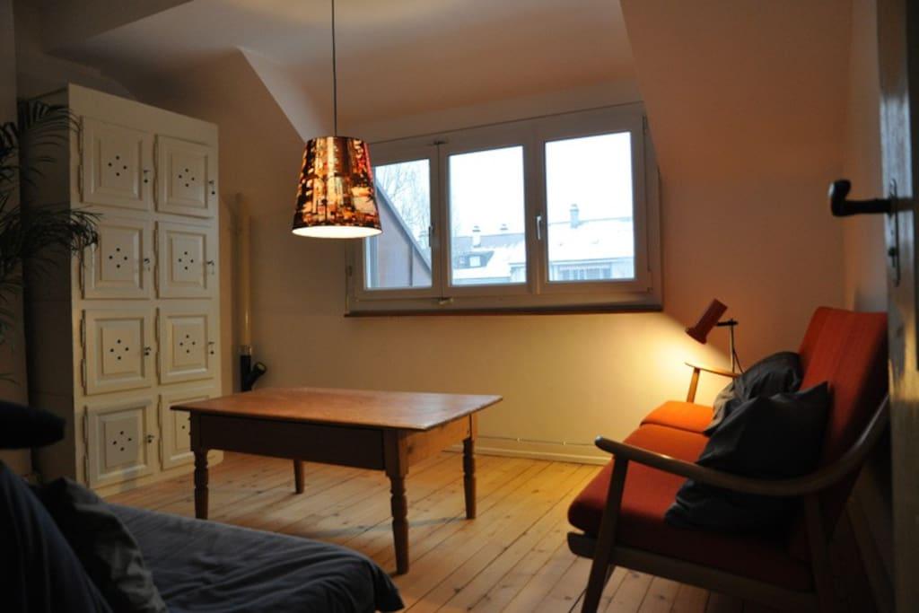 Ein Wohnzimmer mit zwei Sofas kann ebenfalls alleine benutzt werden.