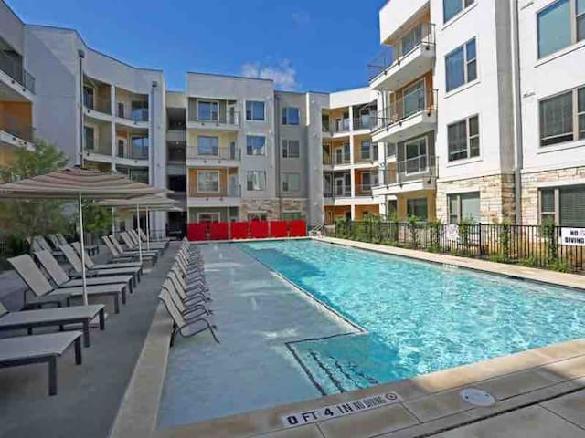 1/1 East Downtown Prime Location + Fun Amenities