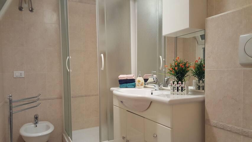 Bagno con doccia comoda e spaziosa.