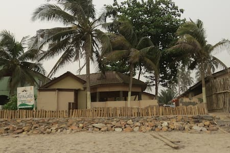 Beach front Lodge - Kokrobite - Bed & Breakfast