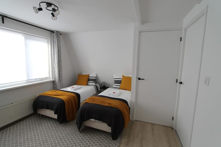 Yellow Room: Twin / Double room near airport.