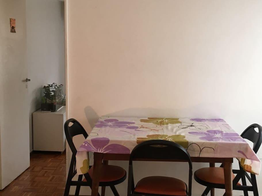 Mesa y vajilla completa para una cómoda estadía