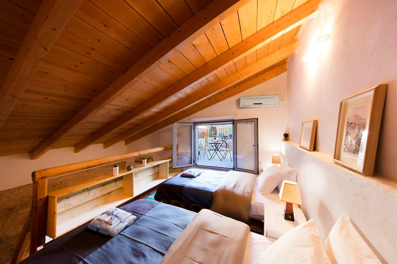 Unique hand-built cottage, Gazi area near metro!
