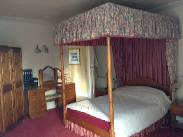 Four poster bed in a spacious room. - Earl Shilton - Inap sarapan