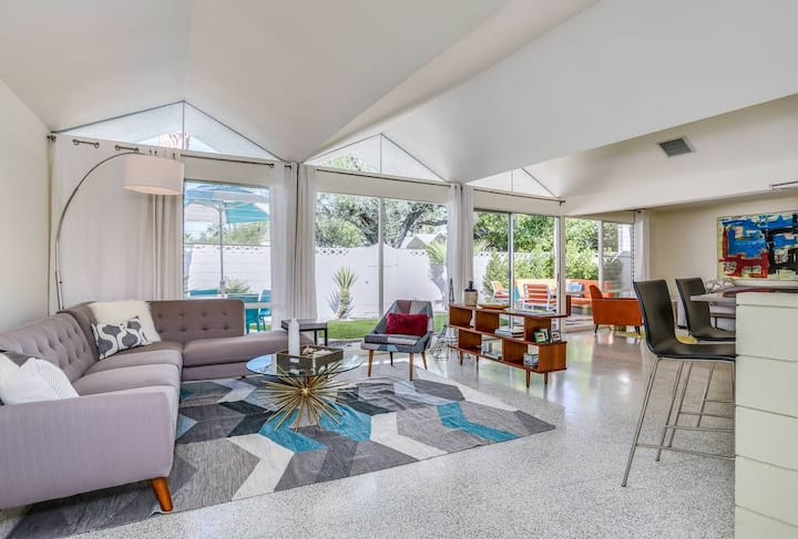 Charming & bright mid-century condo with shared hot tub and pool - Free WiFi!