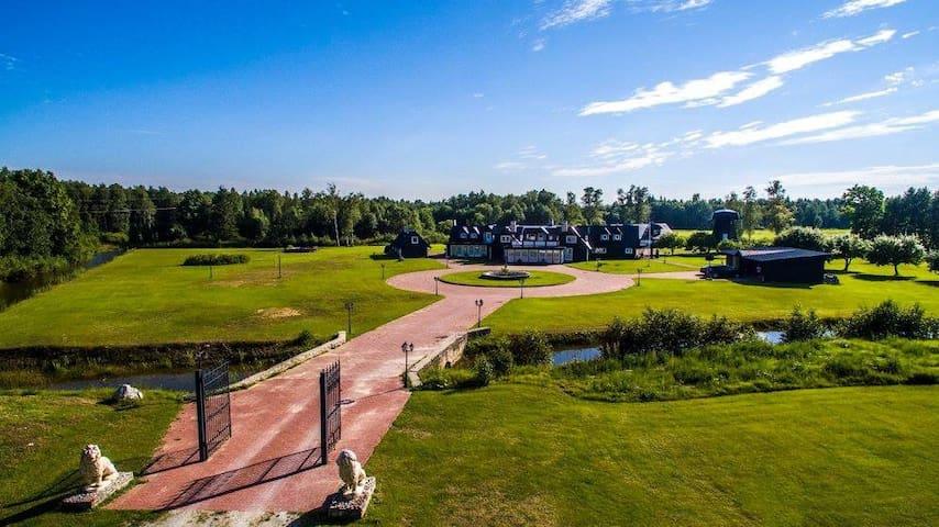 Villa Nõva peamaja suurte saalide ja majutusega