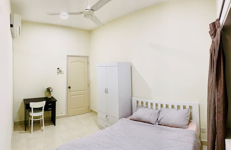Minimalist Medium Room near 1U & Bandar Utama MRT