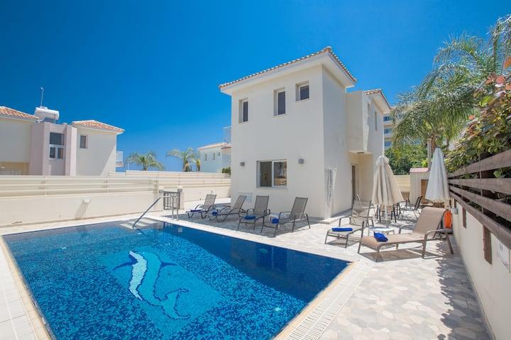 Villa Petra, 3BDR Central Protaras Villa with Pool