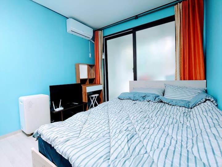 조용하고 깨끗하며 삼성전자와 영통역이 가까운 가성비 좋은 숙소입니다.