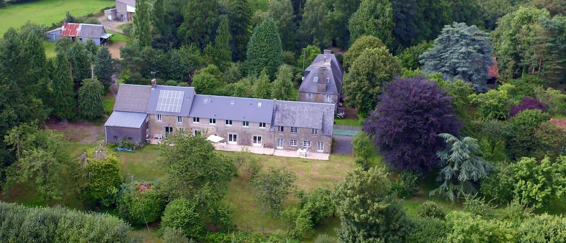 """LES LOGIS DU MANOIR , Grand gîte """"Le Pressoir"""" - Saint-Maur-des-Bois - Alojamento ecológico"""
