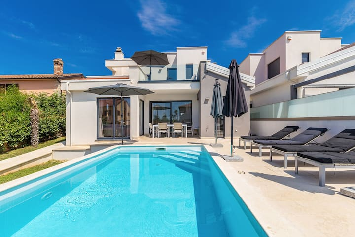 Wonderful villa with private swimming pool and great terrace !