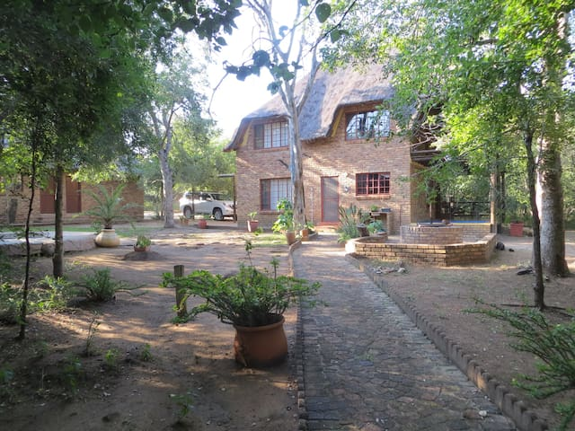 Rafiki's Resthouse, safari in garden and by river - Marloth Park - Hus