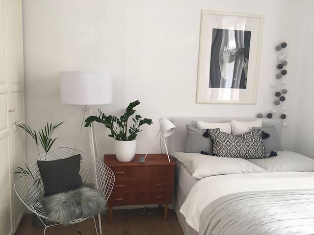 Cozy big sunny room in Berlin Mitte