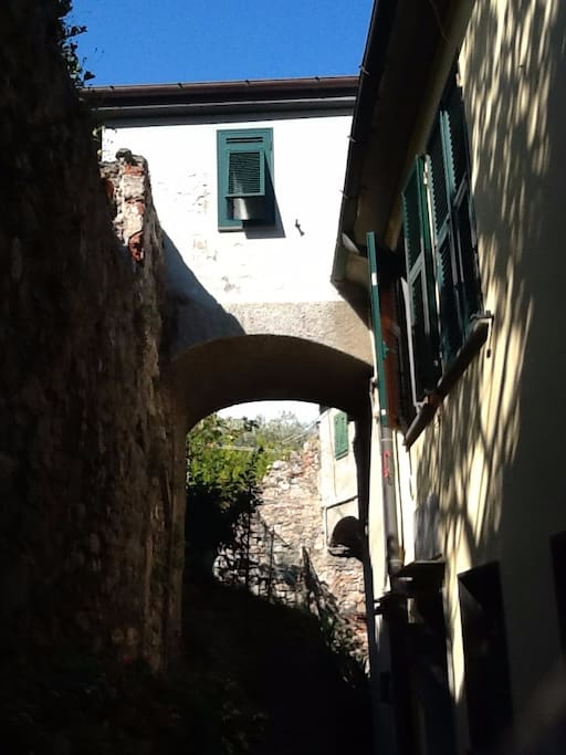 The entrance of the house is on the back of the building, facing the charming smaller carugio (back street). The room above the first arch is the bathroom and above the second one there is the kitchenette!