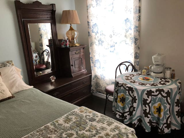 Lovely Historic Room for two in Stevenson, WA!