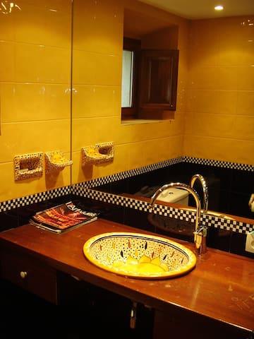 Full bathroom with shower   /   Cuarto de baño  completo