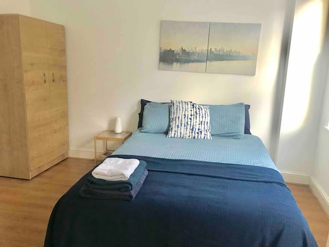 Nice Central double bedroom private bath and TV