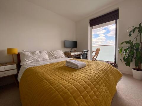 Cameră liniștită cu balcon, spațiu de lucru, sală de gimnastică și parcare.