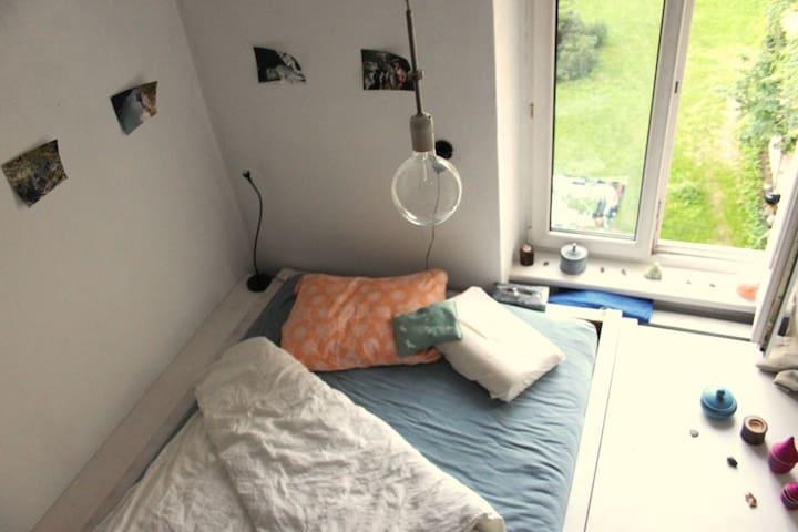 140x200cm²-Bett mit hochwertiger 7-Zonen-Matratze