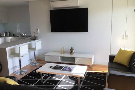 NEW ! Modern & Spacious 3 Bedrooms Apartment - Caulfield South