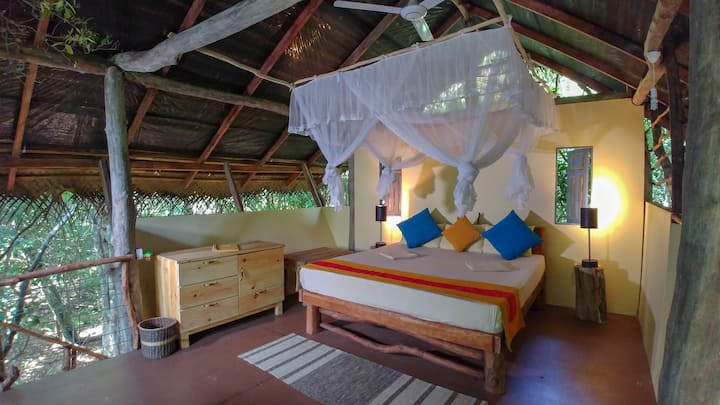 Romantic treehouse living in jungle n/ Pidurangala