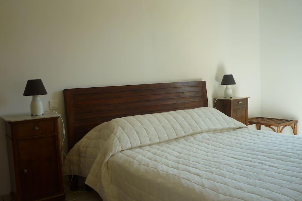 Grande chambre avec un lit en 160cm