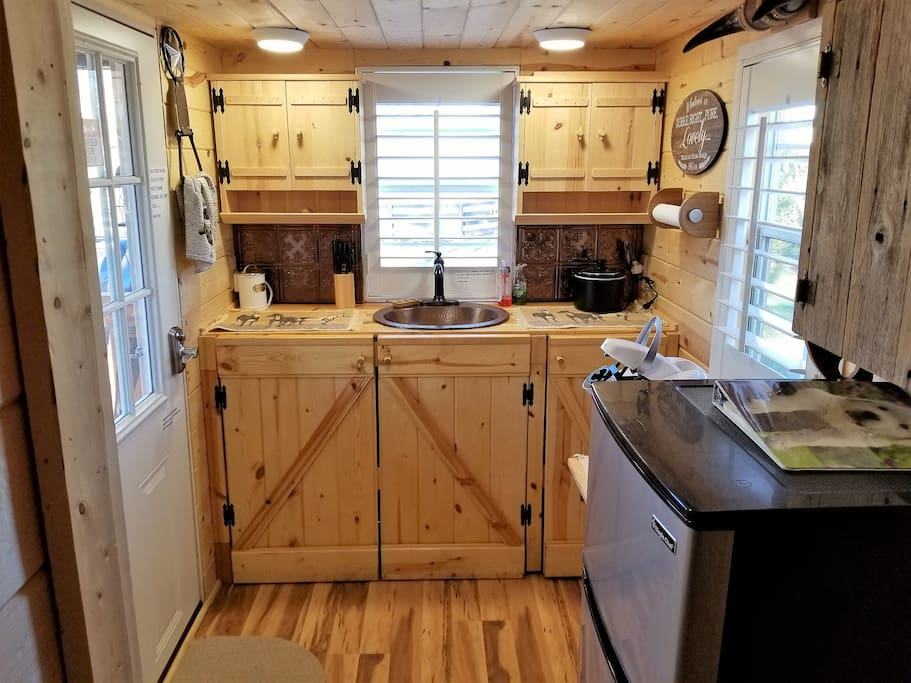 Lovely kitchen overlooking the horses in the paddock. Silverware,cutlery,toaster,crock pot Keurig,coffee,creamer,electric tea pot,assortment of teas,microwave, outdoor gas grill right by the kitchen.