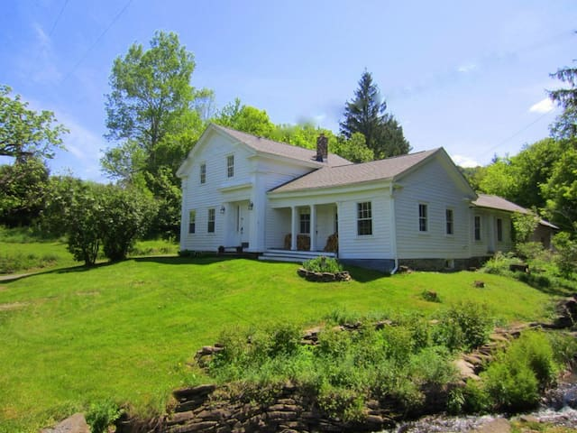 Entire 1850 Country House or 1 Room - Charlotteville - Casa