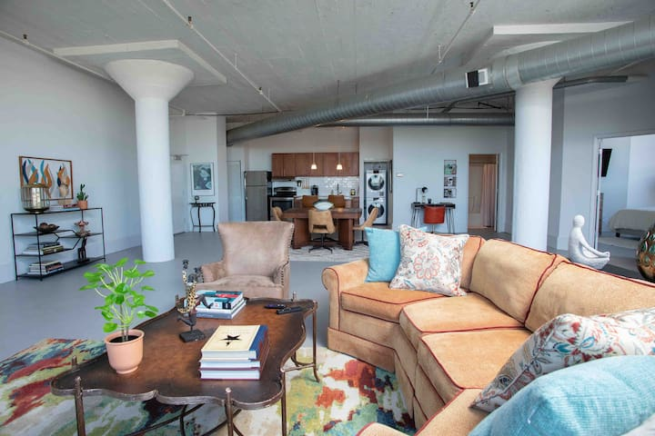 ⭐Must-see Downtown Loft✔King Bed ✔ Parking