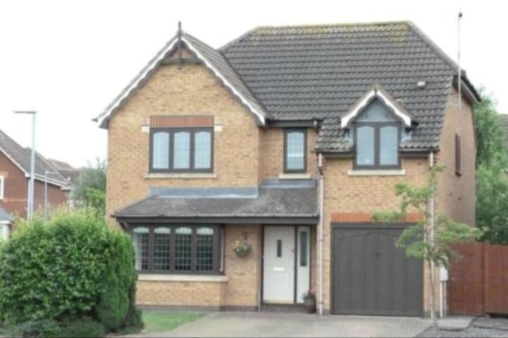Modern Detached House with private parking