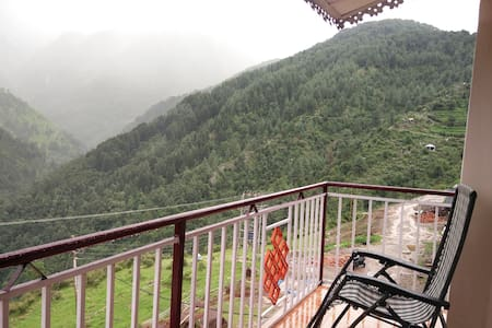 Super deluxe room with glorious valley view @Naddi - Dharamshala