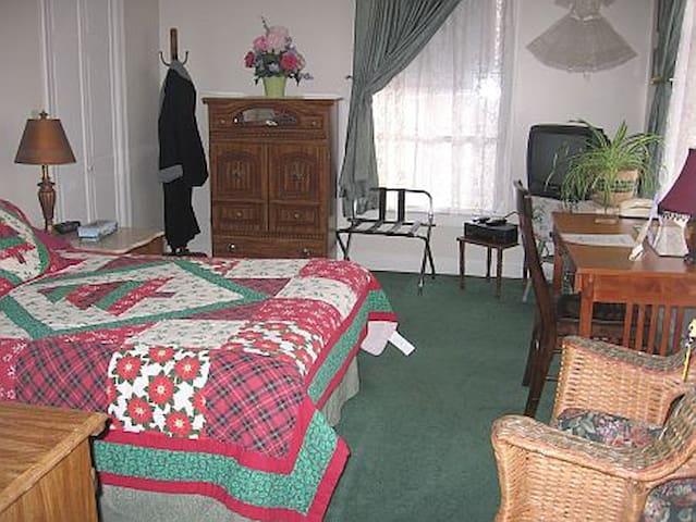 Urzan Room - Full Bed w/Futon - Troy - Bed & Breakfast